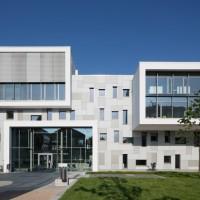 Mensen und Schulgebäude